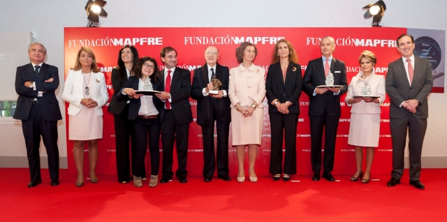 In the picture from left to right - Antonio Núñez, Vice MAPFRE FOUNDATION; Susana Camarero Benitez, Secretary of State for Social Services and Equality; Ramón Rebollo, President of the Foundation NIPACE (accompanied by his wife and daughter); Joaquín Barraquer Moner, President of Instituto Barraquer and Barraquer President of the Foundation; Her Majesty the Queen, HRH the Infanta Elena of Bourbon, Director of Social and Cultural Projects MAPFRE FOUNDATION; Table and Arsenio Fernández Díaz del Río, Director General of the Civil Guard; Virginia Sendel, President and Founder of the Foundation IAP Michou y Mau Foundation; and Antonio Huertas, President of MAPFRE FOUNDATION.